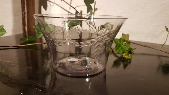 Glasskål, slipad växtdekor -