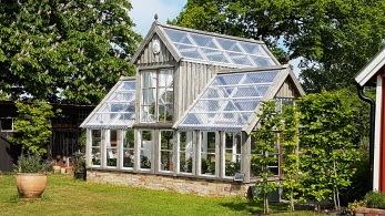 Växthuset stod klart 2016. Största delen av huset är byggt av återvunnet material.
