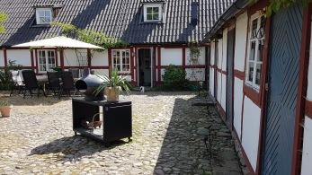 Kullerstenen som täcker hela innergården fanns under gräsmattan och restaurerades 2011 Kullerstenen är lagd i ett strikt rutmönster vilket är ovanligt.