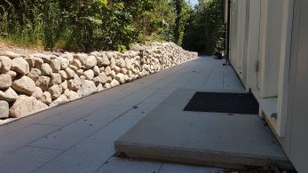 Nyanläggning av lavad mur i natursten, beläggning av granitplattor 30x60cm, måttanpassad betongtrappa som är gjuten i Våxtrop. Vi försöker så långt det är möjligt att beställa material i närområdet för att både spara kostander och klimatpåverkan.