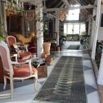 gårdsbutik-antikt-loppis-kuriosa-inredning-skåne-gård-1700-tal-golv-rutigt