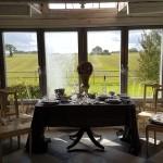 åkerlandskap-slätt-utsikt-affär-shop-gårdsbutik-gustaviansk-stolar-engelsk-bord-pelare-klaffar-försäljning