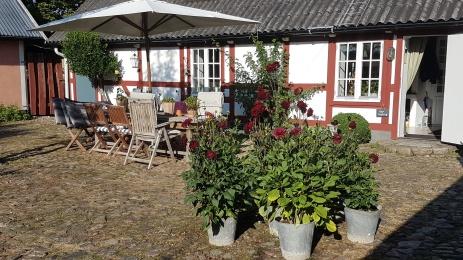 Byggnaderna på gården är från 1700-talet och framåt. Hela innergården är lagd med kullersten i ett strikt rutmönster.