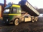 Lastbilen lastar ca 14 ton material