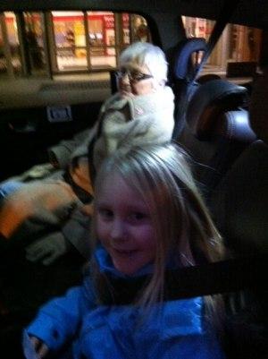 8 åriga Vivi Engström följer med farmor Berit Engström