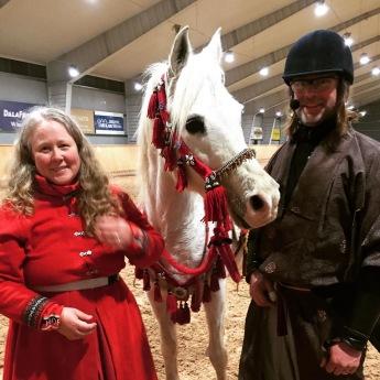När Leksands Ridklubb firade 50 år, bjöds Team Jeenial ox in att visa Beridet bågskytte! Foto: Leksands Ridklubb