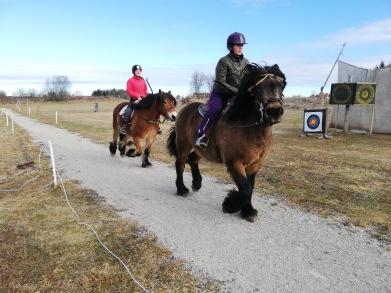 Basse och Herman var glada i det härliga vårvädret! Foto: cyroo.se