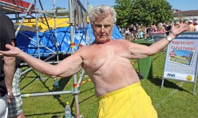 """Karl-Gerhard Korse 77år ung, tog sig fram och åter över hamnkanalen. Han sa att det var 18 grader i vattnet, och sjöng taktfast """"a la playa..."""""""