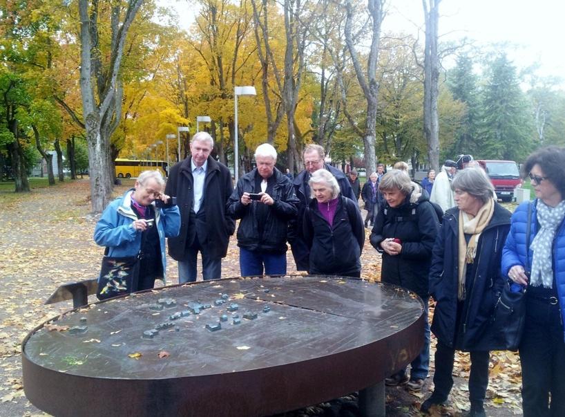Exkursionsdeltagarna studerar modell av Pärnus gamla stad