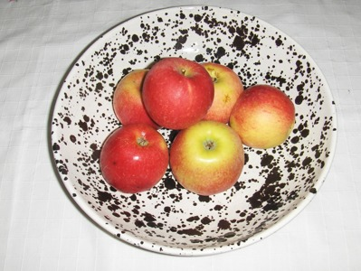 Fruktfat i glacyren  Ink spot. diam. ca. 30 cm. 350:-