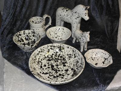 Keramik i glacyren ink spot svart/vit.