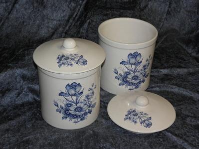 Keramikburkar med lock, Blue Floral. Storlek diam. 15 cm. höjd 20 cm. 2 st. kvar i lager.