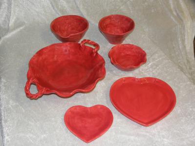Keramikfat och skålar i rött.