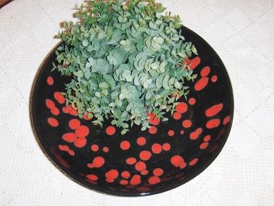 Fruktfat svart med röda prickar. 30 cm diam.  350:-