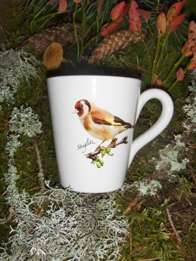 Bild-5   Fågelmugg med Stieglitz, höjd 10 cm.  Pris 139:-