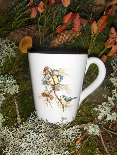 Bild-6  Fågelmugg med  Blåmesar på gren, höjd 10 cm.  Pris 139:-