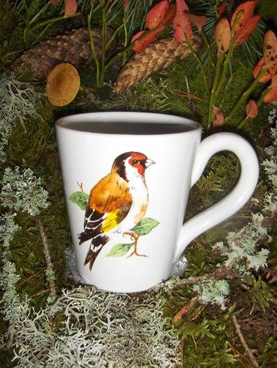 Bild-7   Fågelmugg med Stieglitz, höjd 10 cm.  Pris 139:-