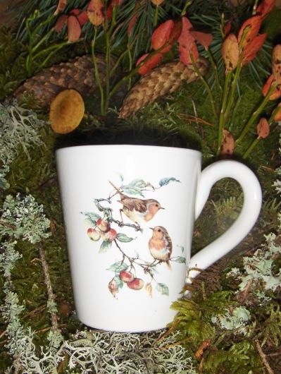 Bild-18  Fågelmugg med Rödhake på gren, höjd 10 cm.  Pris 139:-