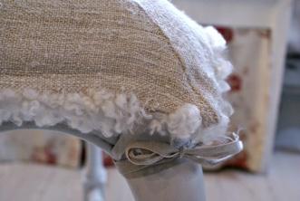 Måttanpassade stolsöverdrag till klassisk rokokostol. Lockigt fårskinn och kraftigt antik linnetyg.