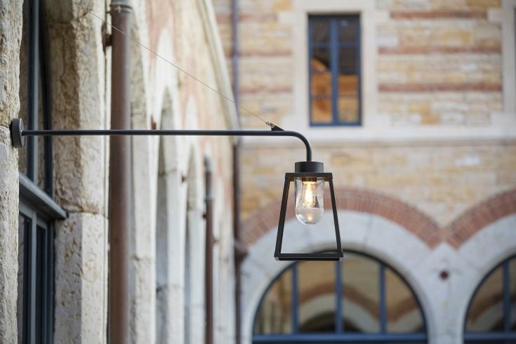 Modern utebelysningmed lång arm, IP65, vägg och fasad, by Roger Pradier - hos Alegni Interiors