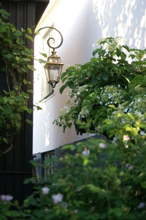 Stor utebelysning för vägg, i mässing - Alegni Interiors Stockholm