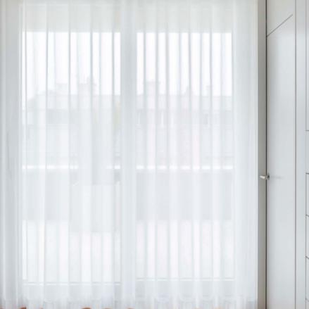Tunna gardiner i  Wave för stora fönster - hos Alegni Interiors Stockholm