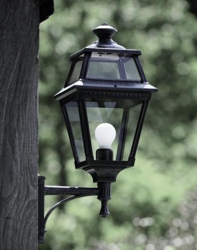 Klassisk utomhusbelysning - Vägg, stående arm - Kollektion Place des Vosges 2 - Modell 4 - hos Alegni Interiors Stockholm