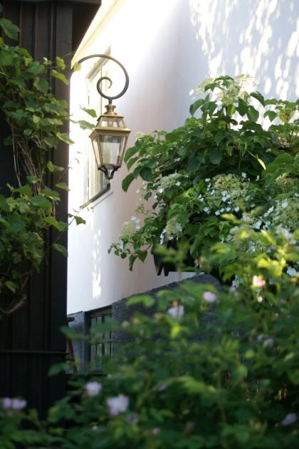 Klassisk utomhusbelysning - Kollektion Place des Vosges 3 - Modell 3, svängd arm - hos Alegni Interiors Stockholm