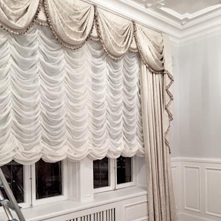 Plisséhissgardin till klassisk gardinuppsättning - hos Alegni Interiors Stockholm
