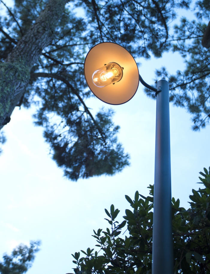Lyktstolpe modell stallampa, gatulykta - by Roger Pradier - hos Alegni Interiors