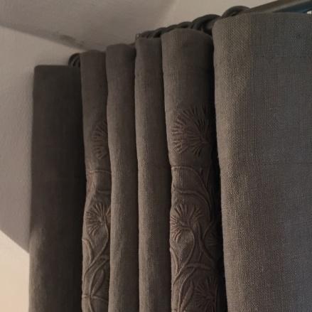 Måttbeställda gardiner med mörkläggning, broderad linne - Inredning - Alegni  Design Interiors Stockholm