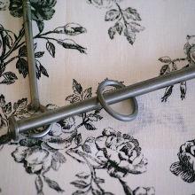Måttbeställd gardinstång i putsat järn 12mm med platta avslut - hos Alegni Design Interiors Stockholm