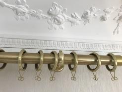 Gardinstång i mässing - klassiska och moderna gardiner - hos Alegni Interiors, Stockholm