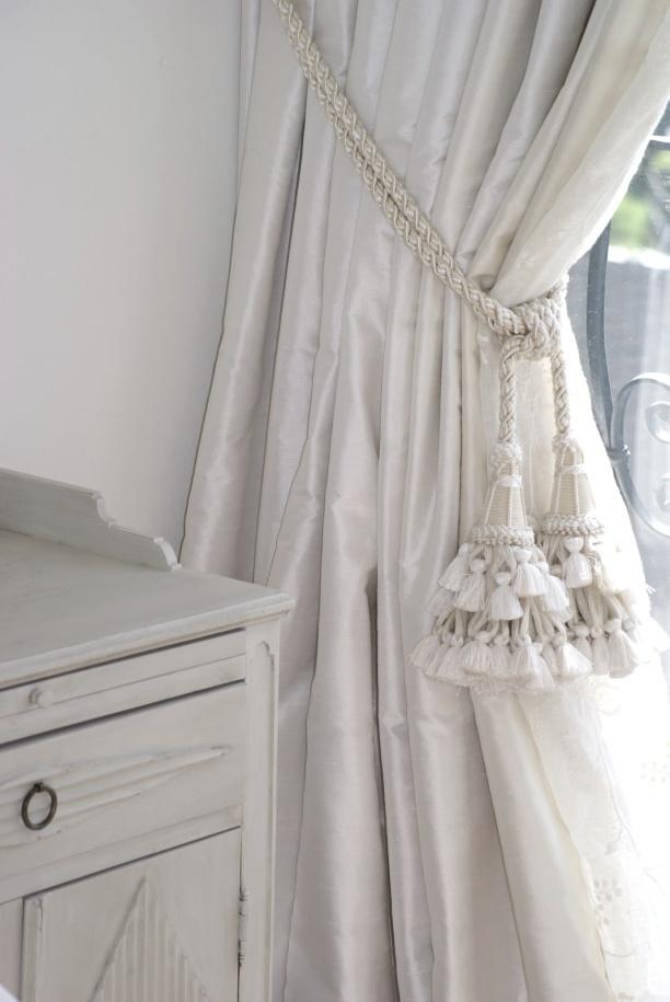 Måttbeställda långa gardiner med mellanlägg och omtag - hos Alegni Interiors, Stockholm