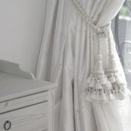Måttbeställda gardiner i siden, fodrade med mörkläggning - hos Alegni.com