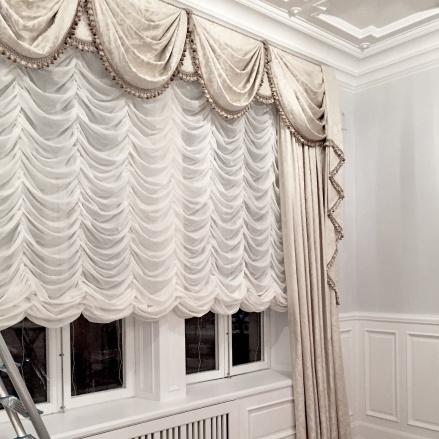 Måttbeställd plisséhissgardin i klassisk sömnad - hos Alegni Interiors Stockholm