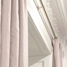 Fodrade gardiner i siden - hos Alegni Interiors Stockholm