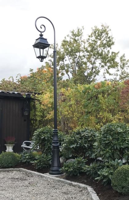 Klassisk utebelysning - Kollektion Avenue 3 - Modell 9, lyktstolpe - hos  Alegni Interiors Stockholm