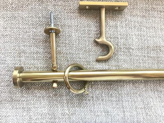 16mm gardinstång i mässing - kollektion tapetsör Oden - måttbeställ hos Alegni Interiors Stockholm