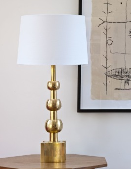 Bordslampa Hardwick i mässing - Vaughan  Designs - hos Alegni Interiors, Stockholm