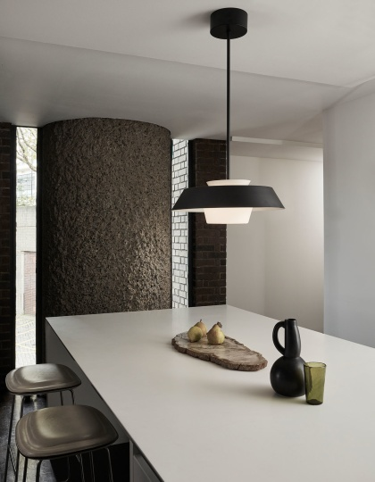 Kökslampa - Taklampa från Vaughan Designs - Kollektion Stratton Hackney i svartmålat stål och opalglas - hos Alegni Design Interiors, Stockholm