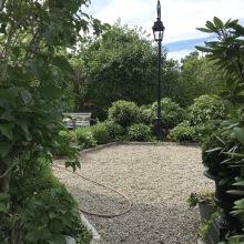 Vacker lyktstolpe - ny trädgård Sommaren 2020 - av Alegni Design Interiors