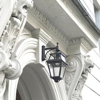 Vacker fasadbelysning - utebelysning till Villastaden i Stockholm - Kollektion Place des Vosges 2 - besäll hos Alegni Design Interiors