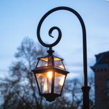 Lyktstolpe med svängd arm - Trädgårdsbelysning - Klassisk utebelysning - Kollektion Place des Vosges 2, modell 9