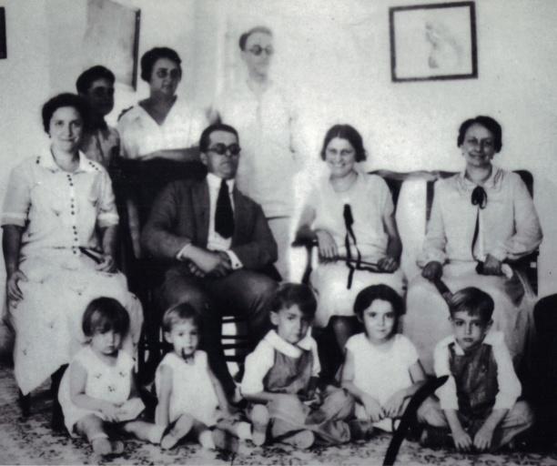 Ett gruppfoto taget 1926 i Havanna på Cuba med Thorvald (Olle) Lönnberg som är ett av Mathildas och Carl-Johans barnbarn. Han sitter i mitten med sin hustru Consuelo till vänster om sig. Consuelos syster sitter till höger. Barnen är alla systerns utom flicka nr 2 från höger som är Consuelos brors.