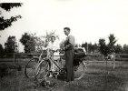 Farmor och Farfar på väg med cykel till min farbror i Nybro.
