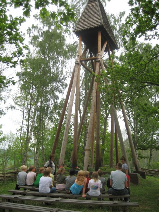 Klockstapeln vid Fliseryds gård.Kor                                                                                                       tet taget 2008,dåvarande klass 6 besök vid klockstapeln vid sin hembygdresa med fröken Solveig.