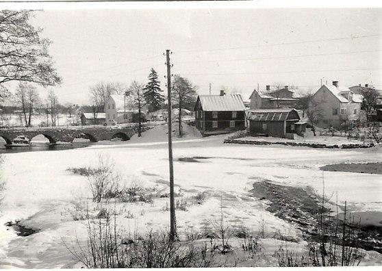 Taget på 50-talet?, det vita huset till höger är huset som vi bor i.