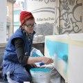 Ulrica målar en skylt