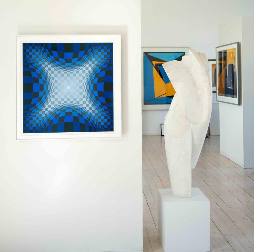 Komposition i blått av Vasarely och Torso -26 i pentelisk marmor av Christian Berg